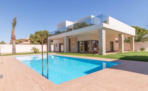 Exclusive luxury villa 500 meters from the sea in Campoamor