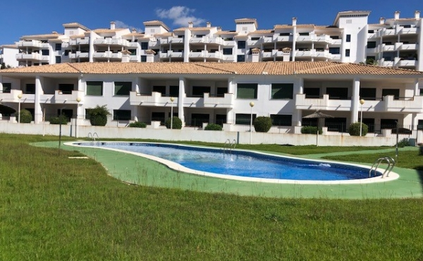 This breathtaking show house standard 2 bedrooms, 2 bathroom penthouse apartment is located on the beautiful Campoamor Golf course.