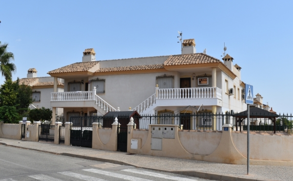 A superb 2 bed 1 bath apartment with Large roof solarium located in Pau 8 Villamartin